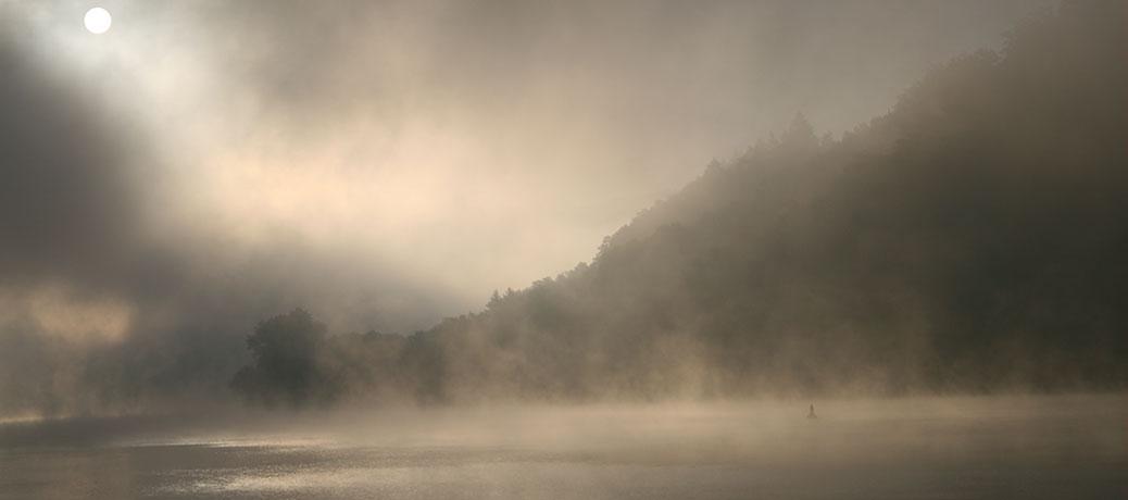 Traumpfad im mystischen Herbstzauber